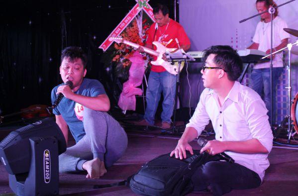Thầy Trần Quốc Tuấn đang hết sức ấn tượng với phần biểu diễn của mình