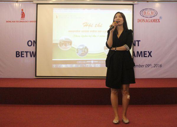 Cô Đoàn Thị Thanh Vân - Phó khoa Quản trị phát biểu trước lúc khởi động cuộc thi
