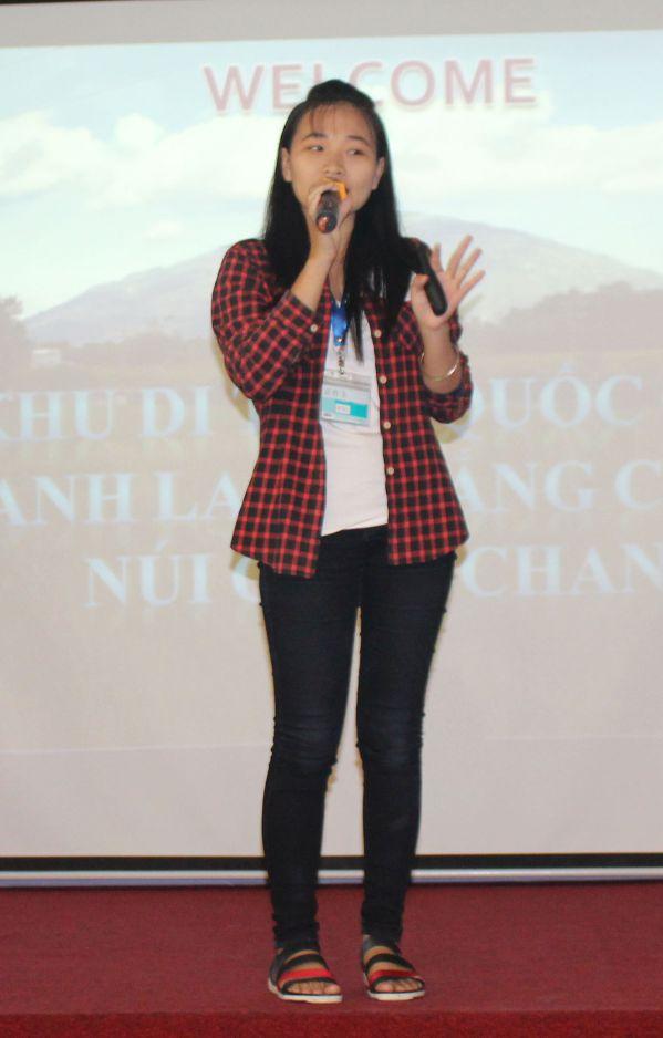 Nguyễn Thị Thanh Hường đang trình bày đề tài của mình