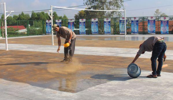 Anh Lê Văn Long và những người thợ đang thi công
