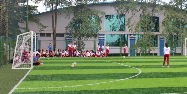 Sinh viên DNTU trong giờ học thể chất trên sân bóng mới