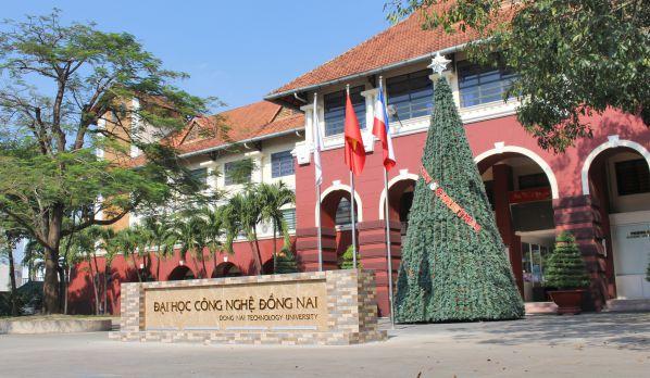 Hình biển trường mới và cây thông Noel