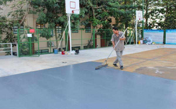 Và đang kéo lớp sơn lót mặt sân bóng rổ chiều ngày 25/11