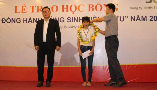 Ông Nam Hyung – Kun Tổng Giám đốc và Ông Ryu Chung - Phó Tổng Giám đốc trao học bổng cho các sinh viên DNTU