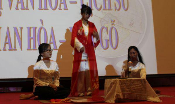 Đội Minh Hương đang thể hiện nghi thức hầu đồng theo tín ngưỡng thờ Mẫu
