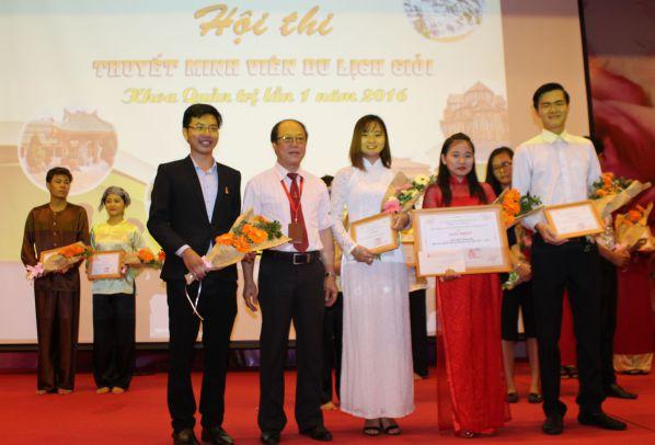 Ban tổ chức trao giải và tặng quà cho các thí sinh