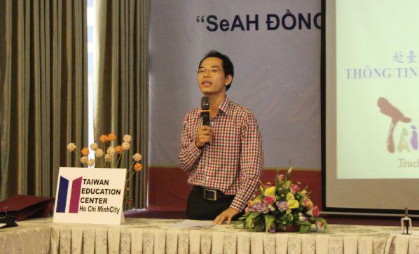 Ông Lương Gia Toàn đang trao đổi về du học Đài Loan