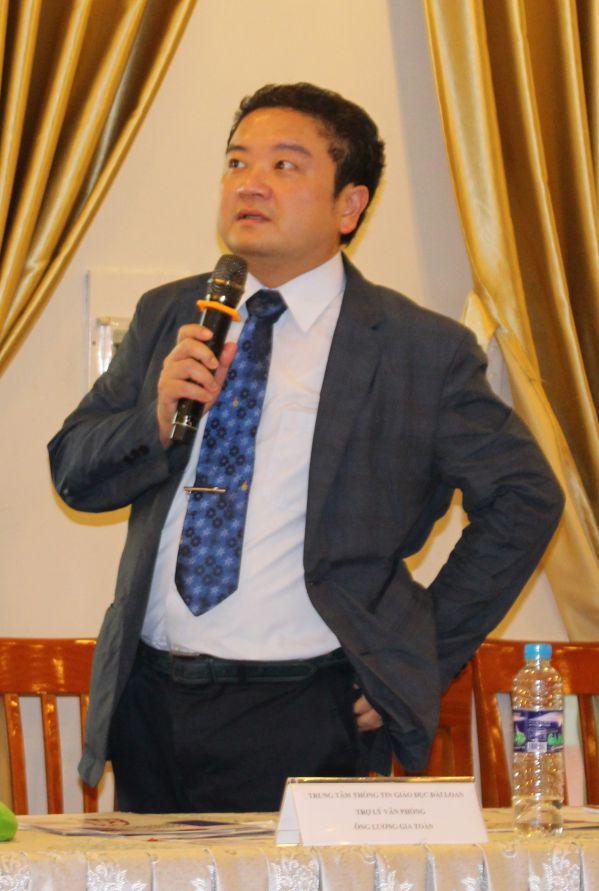 Ông Wu-Hsun-Yang đang giải đáp các thắc mắc của sinh viên DNTU