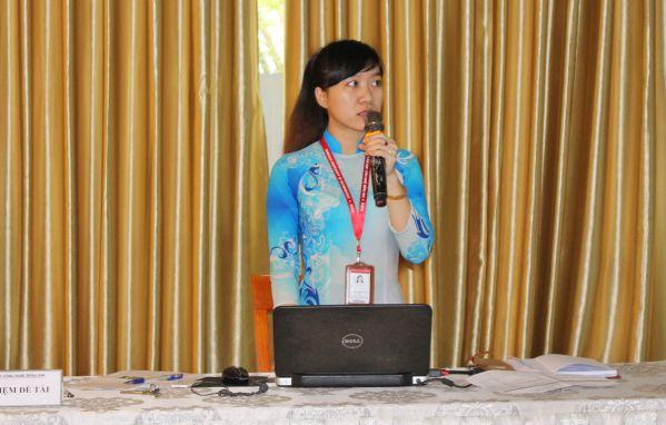 Tác giả đề tài Lê Thị Thu Thủy đang trình bày trước các thành viên HĐGK
