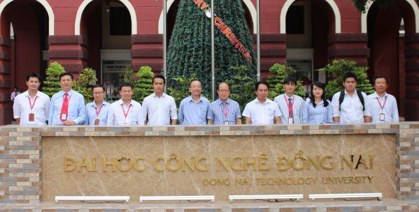 Đại diện các doanh nghiệp và CB-GV nhà trường chụp hình lưu niệm sau buổi tọa đàm