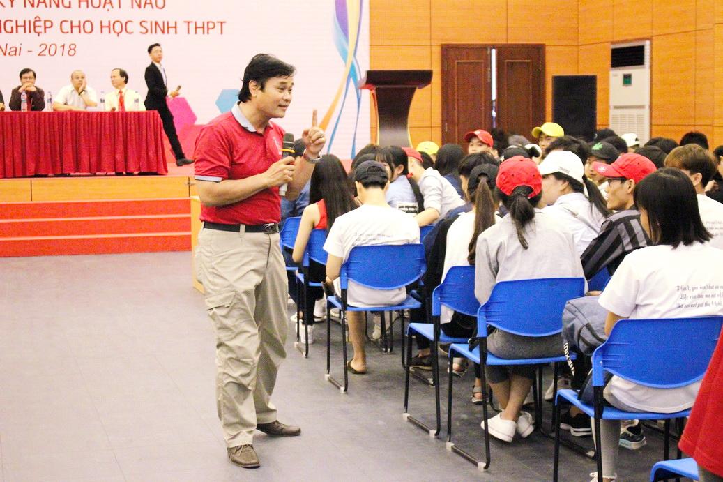 Hiệu trưởng DNTU chào đón hàng ngàn học sinh tới tham quan trường