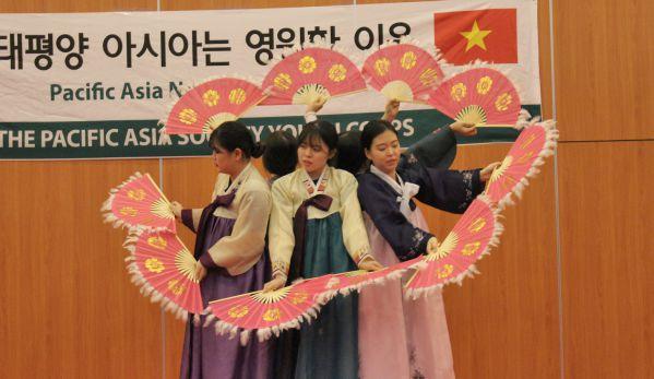 Và điệu múa truyền thống của đoàn Hàn Quốc