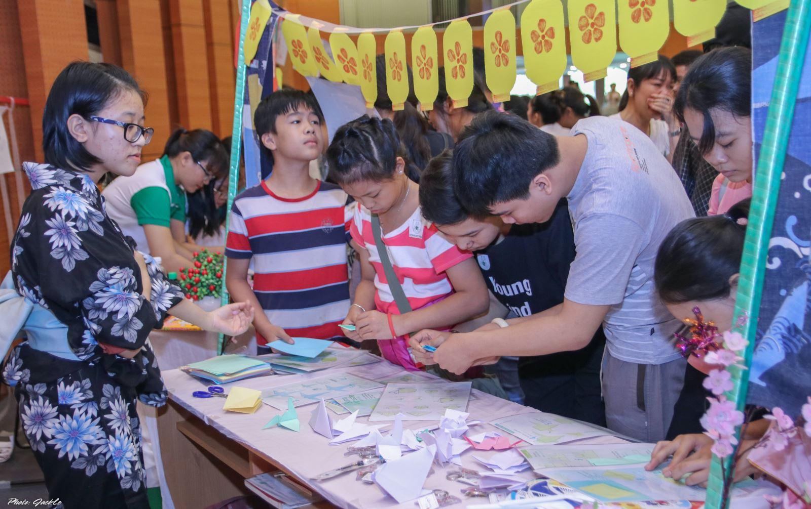 Khoa Ngôn ngữ Anh trường Đại học Công nghệ Đồng Nai tổ chức lễ hội văn hóa Đông Tây