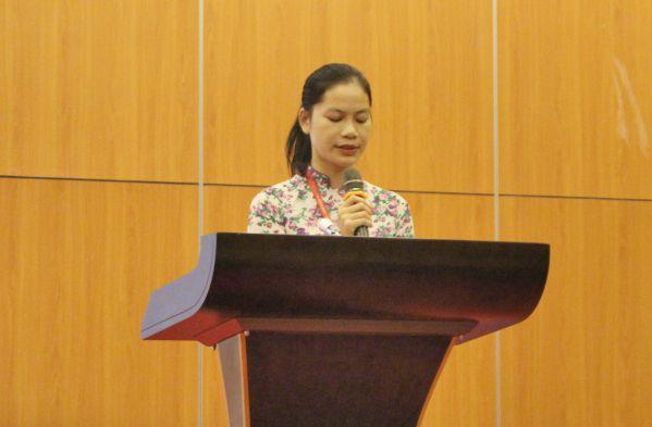Trưởng phòng tổ chức nhân sự Trần Thị Tuyết công bố danh hiệu thi đua và quyết định khen thưởng