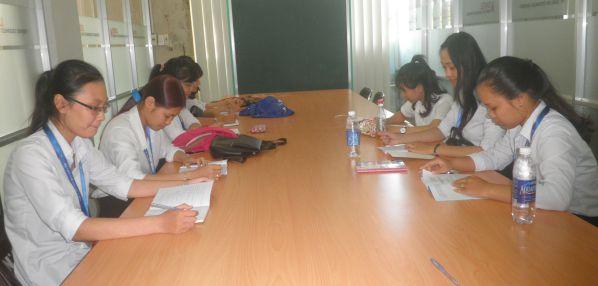 Sinh viên khoa ngành ngôn ngữ Anh trong giờ học nhóm tại trung tâm Thông tin Thư viện