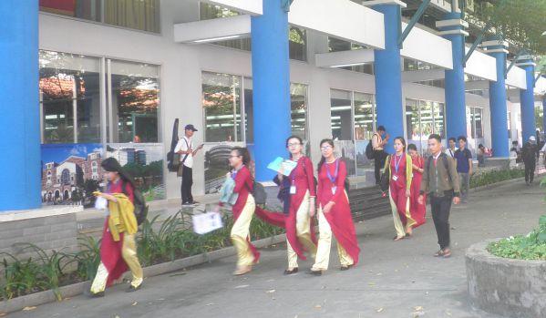 Sinh viên DNTU sau giờ tan lớp ở Trung tâm Thông tin - Thư viện