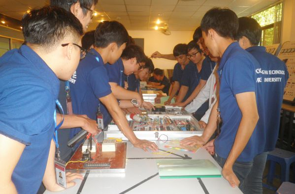 Các chàng trai của khoa Điện - Điện tử - Cơ khí và Xây dựng đang làm bài tập thực hành