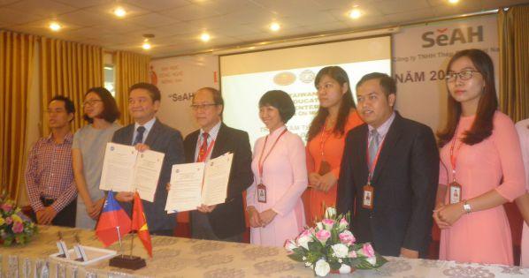 TS Trần Đức Thuận và Ông Wu Hsun Yang trao Biên bản thỏa thuận và quà lưu niệm của hai trường