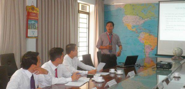 ThS Lê Tấn Cường trình bày chương trình đào tạo của nhà trường