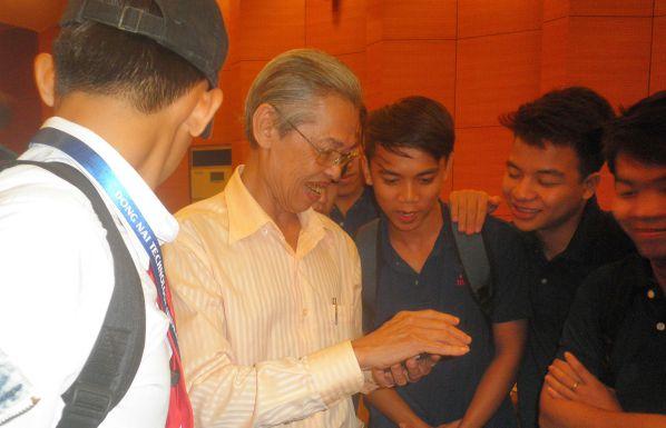 TS Phạm Văn Chắt giao lưu, trao đổi với các bạn sinh viên DNTU sau buổi học