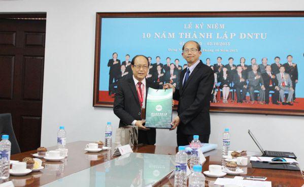 NCNU tặng quà lưu niệm cho DNTU