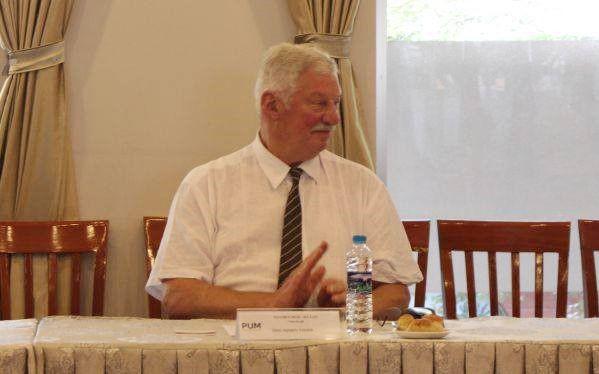 Ông Sijmen Visser đang trao đổi với giảng viên tại phòng họp 5 của DNTU