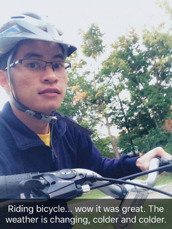 Đạp xe đạp trong khuôn viên trường