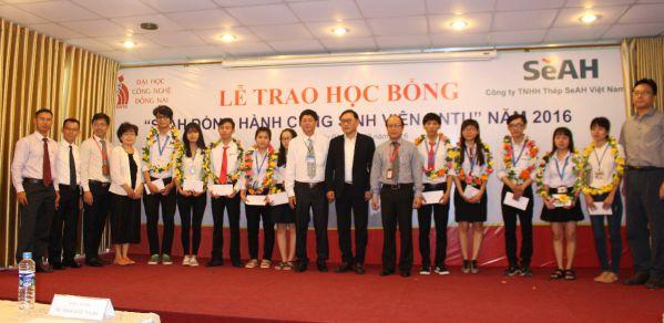 Trần Thị Ngọc thương và các bạn sinh viên DNTU khác tại lễ trao học bổng