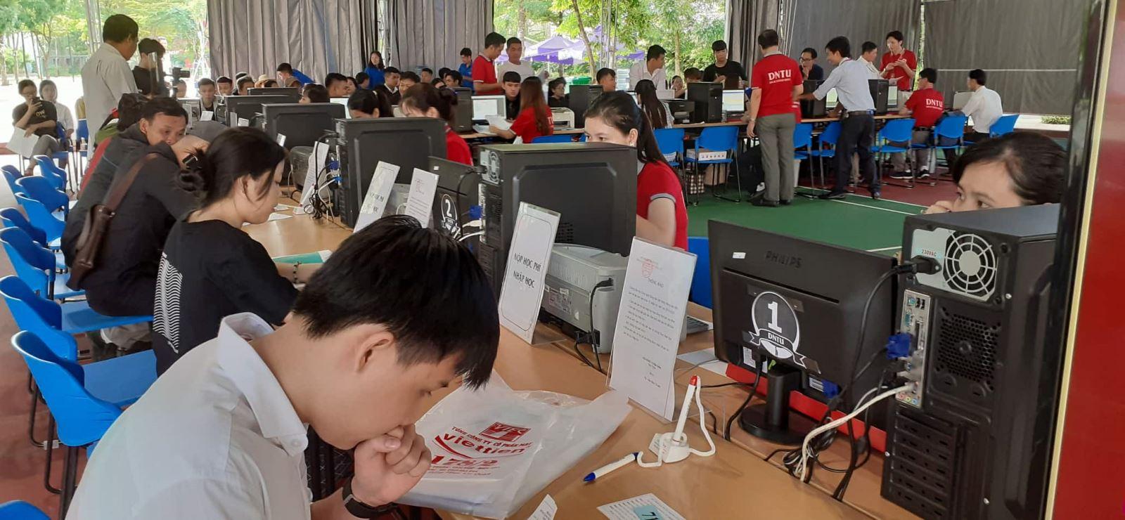 Tân sinh viên DNTU phấn khởi trong những ngày đầu nhập học