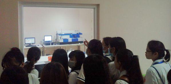 Sinh viên tìm hiểu các bộ phận liên quan đến chuyên ngành xét nghiệm