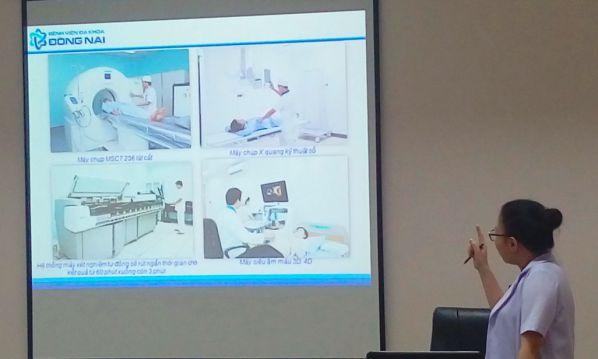 Sinh viên được giới thiệu những máy móc hiện đại nhất mà bệnh viện đang sử dụng