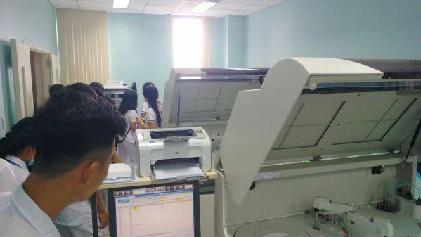 Sinh viên được tham quan, tìm hiểu trực tiếp tại phòng xét nghiệm hóa sinh